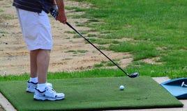 Praktiserande golfDrving område arkivbild