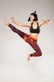 Praktiserande kampsport för sportig dam Arkivfoto
