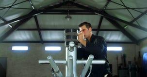 Praktiserande kampsporter för kung fukämpe med träattrappen 4k lager videofilmer