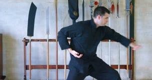 Praktiserande kampsporter 4k för kung fukämpe lager videofilmer