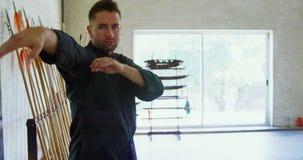 Praktiserande kampsporter 4k för kung fukämpe stock video