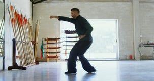 Praktiserande kampsporter 4k för kung fukämpe arkivfilmer