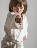 Praktiserande karate för liten flicka Arkivfoto