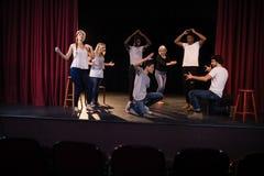 Praktiserande lek för skådespelare på etapp Arkivfoto