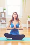 Praktiserande meditation för ung kvinna arkivfoton