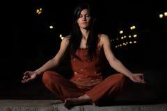 Praktiserande meditation för härlig kvinna på natten Royaltyfri Bild
