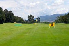 Praktiserande område på en golfbana Arkivfoto