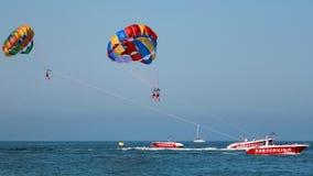 Praktiserande parasailng för folk Fotografering för Bildbyråer