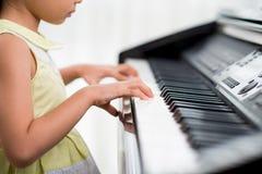 Praktiserande piano fotografering för bildbyråer