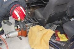 Praktiserande räddningsaktion för brandmän royaltyfria bilder