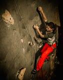 Praktiserande vagga-klättring för kvinna royaltyfria bilder