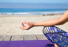Praktiserande yoga för asiatisk kvinna på stranden Arkivfoton