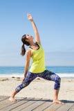 Praktiserande yoga för asiatisk kvinna på stranden Arkivbilder