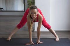 Praktiserande yoga för flicka inomhus royaltyfria foton