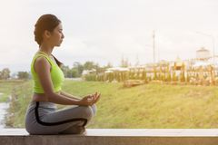 praktiserande yoga för härlig asiatisk flicka Royaltyfri Fotografi
