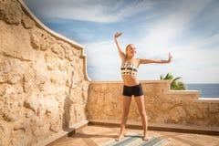 Praktiserande yoga för härlig kvinna Arkivbild