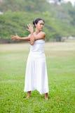 Praktiserande yoga för härlig kvinna i parkera Arkivbild
