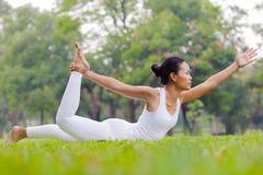 Praktiserande yoga för härlig kvinna i parkera Fotografering för Bildbyråer
