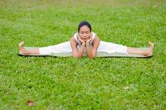 Praktiserande yoga för härlig kvinna i parkera Royaltyfria Bilder