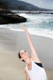 Praktiserande yoga för härlig kvinna på stranden royaltyfri foto