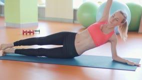 Praktiserande yoga för kvinna i en studio inomhus stock video