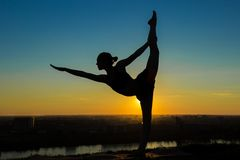 Praktiserande yoga för kvinna - lorden av dansen poserar Royaltyfria Bilder