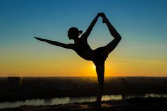 Praktiserande yoga för kvinna - lorden av dansen poserar Royaltyfria Foton