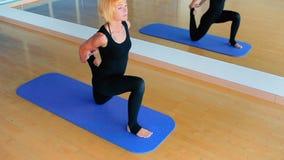 Praktiserande yoga för nätt flicka i mitten för sport` s lager videofilmer