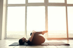 Praktiserande yoga för ung härlig kvinna och gymnastiskt Wellnessbegrepp Grupper i enkla sportar Fotografering för Bildbyråer