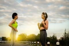 Praktiserande yoga för ung konditionkvinna på fältet, sund mest lifest arkivfoto