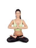 Praktiserande yoga för ung kvinna i lotusblommapositionen Arkivbild