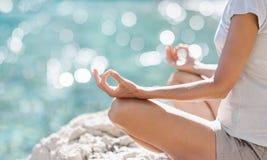 Praktiserande yoga för ung kvinna nära havet Harmoni, meditation och loppbegrepp Sund livsstil arkivbilder