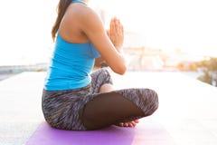 Praktiserande yoga för ung kvinna utomhus Harmoni- och meditationbegrepp arkivfoton