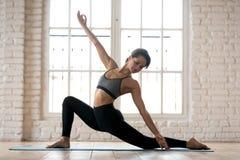 Praktiserande yoga för ung sportig attraktiv kvinna som gör hästryttaren arkivfoto