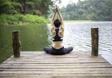 Praktiserande yoga för ung sund kvinna royaltyfria bilder