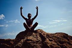 Praktiserande yoga för flicka på stranden Royaltyfria Foton