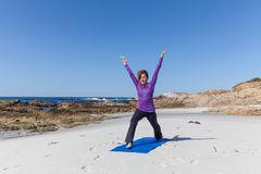 Praktiserande yoga på stranden Royaltyfri Fotografi