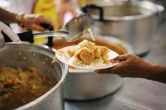 Praktisk mat av det hungrigt är hoppet av armod: begrepp av hemlöshet royaltyfri fotografi