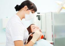 Praktizierender Zahnarzt Stockbild