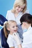 Praktizierender Zahnarzt Stockfotografie