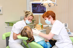 Praktizierender Zahnarzt Lizenzfreie Stockbilder