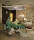 Praktizierender Zahnarzt Stockfotos