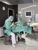 Praktizierender Zahnarzt im zahnmedizinischen Raum stockfotografie