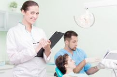 Praktizierender Zahnarzt und sein Assistent Stockbild