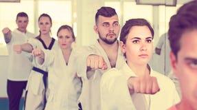 Praktykanci wyraża interes w uczęszczać karate klasę Zdjęcia Stock