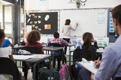 Praktykanta nauczyciela uczenie jak uczy podstawowych uczni Zdjęcie Royalty Free