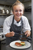 Praktykanta szef kuchni Pracuje W Restauracyjnej kuchni Obraz Royalty Free