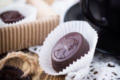 Pralina belga del cioccolato con una tazza di caffè Fotografia Stock