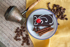Pralina con caffè sul piatto immagini stock