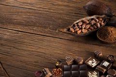 Praline czekolada na drewnianym backgroud zdjęcia stock